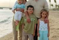 صور تجمعه بعائلته في الطفولة