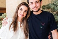 صورة له ما والدته الملكة رانيا