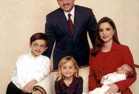 له شقيق واحد هو الأمير هاشم وشقيقتان؛ الأميرة إيمان و الأميرة سلمى