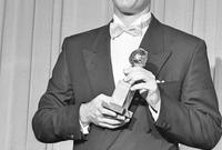 وحصل على جائزة الأوسكار كأفضل ممثل عن دوره في هذا الفيلم