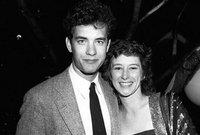 """أما عن حياته الشخصية فقد تزوج """"هانكس"""" مرتين، المرة الأولي كانت من الممثلة والمنتجة """"سامانثا لويس"""" عام 1978 وكانت صديقته في الجامعة"""