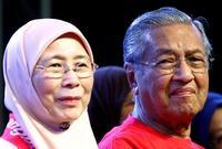 كانت السياسة هي الشغف الأول لمهاتير قبل الطب، فقد كان ناشطًا في التظاهرات أثناء دراسته، حيث كان ممن يثورون لأجل استقلال ماليزيا