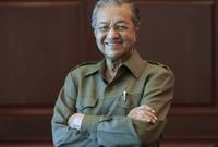 بعد أسبوعين من امتلاكه مقاليد الأمور في ماليزيا بدأ مهاتير محمد تنفيذ تعهداته ومحاربة ما قال إنه فساد كبير في البلاد التي قادها لنهضة كبيرة قبل عقود