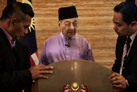 في 1959، كان على وشك ترشيح نفسه في الانتخابات البرلمانية، لكنه تراجع عن خوض الانتخابات احتجاجًا؛ لخلافه مع رئيس الوزراء حينها «تونكو عبد الرحمن»