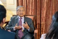 في 1964، ترشح لأول منصب سياسي وفاز به، وتم انتخابه عضوًا في البرلمان بعد أن هزم مرشح الحزب الإسلامي الماليزي، لكنه خسر هذا المقعد في الانتخابات العامة التالية أمام مرشح نفس الحزب