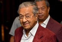 في 1973، عاد مهاتير إلى الحياة السياسية بعد ثلاث سنوات، حيث تم تعيينه عضوا بالمجلس الأعلى للبرلمان من خلال رئيس الوزراء الجديد «عبد الرزَّاق حُسين»