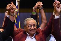 في عام 1981، أصبح مهاتير محمد رئيسًا للوزراء، وبذلك أصبح رابع رئيس وزراء لماليزيا، وشهد أول عامين من حكمه صراعات مع العائلة الملكية لزيادة سُلطاته