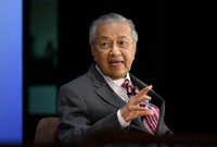ومن أبرز إنجازاته تحويل الاعتماد الاقتصادي في ماليزيا من الزراعة والموارد الطبيعية إلى الصناعة والتصدير الأمر الذي كان سببًا في تضاعف دخل الفرد داخل ماليزيا