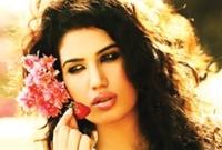 ولدت في مدينة جدة لأب سعودي وأم باكستانية، وتعيش في لندن، فوالدها رجل أعمال يعمل في بريطانيا