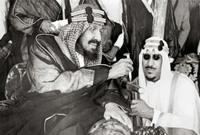 كان الأمير سعود ابن الملك عبد العزيز بجوار والده فقام بالحول دون وصول الخنجر لجسد والده فألقى بجسده على جسد الملك عبد العزيز ليتلقى الطعنة بدلًا منه ويفتديه بنفسه