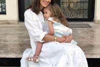ما يميز اسلوبها هو الإكسسوارات وأيضًا اهتمامها بالموضة الخاصة بالأمهات والحوامل