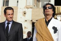 لم يكتف القذافي بصناعة زي خاص لهذا اللقب وإنما حرص كذلك على طباعة شكل قارة أفريقيا على أزيائه الرسمية مثل الذي ارتداه خلال زيارته الرسمية إلى فرنسا