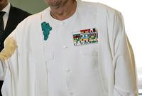 كما كان يدمج أحيانًا نياشينه العسكرية مع خريطة القارة الأفريقية في أزياء غير تقليدية تجمع بين الزي العسكري والتقليدي