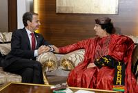 اشتهر القذافي بعشقه الكبير للون الأحمر الذي كان يرتديه في عدد كبير من المناسبات وخلال اللقاءات الرسمية