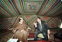 حسني مبارك مع القذافي بداخل خيمته الشهيرة