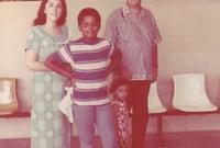 انتقل في طفولته لأندونيسيا بعدما تزوجت أمه من مهندس بترول إندونيسي حيث ولدت أخته غير الشقيقة مايا قبل أن يعود إلى هاواي في عمر العاشرة ليعيش مع جده وجدته لوالدته ويكمل رحلته التعليمية هناك