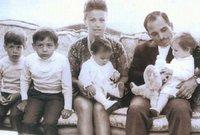 أنجبا: الملك عبد الله (مواليد 1962). الأمير فيصل (مواليد 1963).