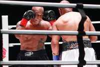 ورغم كبر سن تايسون وجونز حيث يبلغ تايسون 54 عام، بينما يبلغ جونز 51 عام، إلا أنهما قدما مباراة قوية وكبيرة وكأنهما ملاكمين في ريعان شبابهما