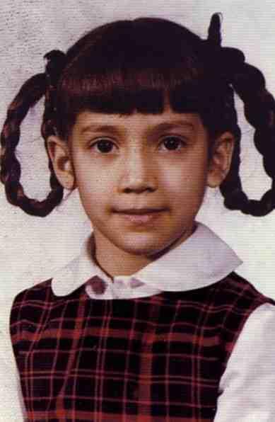 جينيفير لوبيز من مواليد عام 1969 ولكن لا يبدو عليها السن فهي تحافظ على كامل أناقتها ولياقتها وجمالها