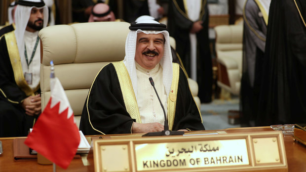 """أسرة آل خليفة هي الأسرة الحاكمة في البحرين والتي يعود أصلها للتحالف القبلي القديم """"العتوب"""" أو """"بني عتبة""""، ويعود تاريخ بدايتهم لعام 1765 بداية من شبه جزيرة قطر انتقالا للكويت حتى استقروا نهاية الأمر في البحرين وحكموها"""