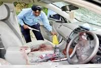 """وقفت في فتحة سقف سيارتها لتحية الجماهير المحتشدة، فتم إطلاق النار عليها وقتلت """"برصاص في العنق والصدر"""""""
