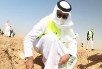 الشيخ شخبوط بن نهيان خلال مشاركته في حملة التشجير «لنجعلها خضراء» في السعودية