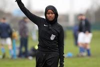 الصومالية جواهر روبل.. هي أول امراة مسلمة ذات بشرة سوداء وترتدي الحجاب تحكم مباراة في بريطانيا