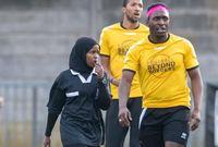 بعد مجيئها إلى بريطانيا من الصومال وهي في عمر العاشرة، اكتشفت شغفها بعدد من الرياضات، واليوم تدرس جواهر الإدارة وتدريب كرة القدم