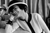 كوكو شانيل.. أيقونة في عالم الموضة، وهي أحد مصممي الأزياء الأكثر ابتكاراً، وكان لها دور أساسي لوضع قواعد الأزياء في القرن الـ20