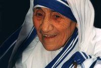 الأم تريزا راهبة ألبانية ورائدة في مجال العمل الإنساني.. حصلت على جائزة نوبل للسلام عن أعمالها في مساعدة المشردين والأطفال المحتاجين