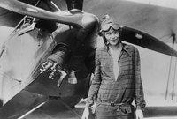 وقد سجلت رقماً قياسياً عالمياً ببلوغها ارتفاع 18415 قدم وأصبحت رئيسة منظمة ناينتي ناين، وهي منظمة خاصة بالتحليق الجوي النسائي