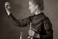 من خلال أبحاثها اكتشفت ماري عنصري البولونيوم والراديوم وطورت بعد ذلك استعمال الأشعة السينية وهو الأمر الذي ساعد بإنقاذ العديد من الأرواح