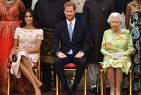 """وعن علاقة الأمير هاري مع جدته الملكة إليزابيث قال إنها جيدة، لكن علاقته بوالده تأثرت قائلا: """"أشعر بالخذلان منه حقاً فهو مر بأشياء مشابهة، ويعرف ما الشعور الذي يتسبب به الألم.."""""""