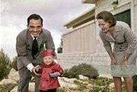 أنجبت من ملك الأردن 4 أبناء بينهم الملك الحالي، وانفصلا بعدها ولكنها ظلت تحتفظ بلقبها الملكي، وهي الآن ناشطة في الأحداث الاجتماعية وغيرها