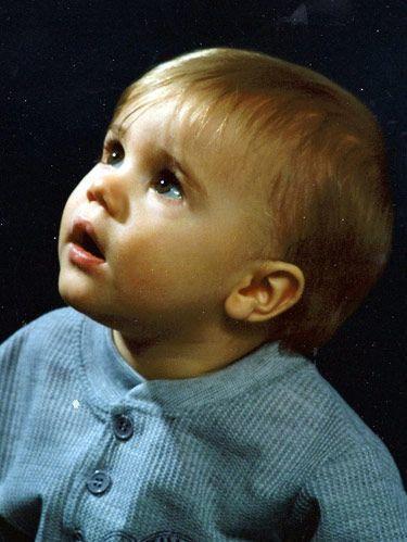 ولد جاستن بيبر عام 1994 في لندن بإنجلترا من أم ذو أصول كندية وأب ذو أصول ألمانية