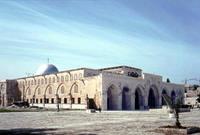 بينما يصحح لهم آخرون تلك الصورة بصورة أخرى على أنها للمسجد الأقصى لكنها في الحقيقة صورة للجامع القبلي