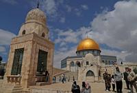 ومسجد قبة الصخرة والجامع القبلي هما أحد المساجد الموجودة بداخل المسجد الأقصى
