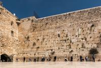 """يُقدّس اليهود أيضًا الحائط ويسمونه بحائط المبكى .. كما يقدسون المسجد الأقصى ويطلقون على ساحاته اسمَ """"جبل الهيكل"""" نسبة إلى هيكل النبي سليمان عليه السلام"""