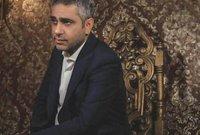دخل عالم الاحتراف في 1996، وفي عام 1998 تعاقد مع إحدى شركات الإنتاج لـ 10 سنوات، وتعرف على الملحن المصري صلاح الشرنوبي، الذي ساعده في إصدار ألبومه الأول.
