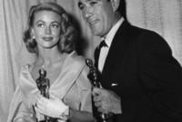 وكان يتقن عدة لغات وحصل على جائزة الأوسكار مرتين لأفضل ممثل مساعد
