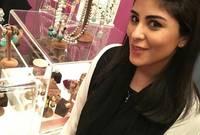 نشأت في السعودية واكتسبت طباع أهلها ولا تجيد التحدث إلا بلهجتهم على حد قولها، كما أنها مقيمة فيها