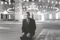 """خلال فترة سجنه اعتنق الإسلام وتعرف على جماعة """"أمة الإسلام"""" وانضم إليها وهي جماعة إسلامية من السود ولكنها تنظر للبيض بعنصرية ودونية"""