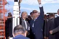 يعتبر كينيدي صاحب الوعد الشهير بإنزال إنسان على القمر وإرجاعه سالمًا