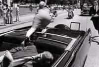 الرصاصة الأولي اخترقت عنق الرئيس وأصابت جون كونالي والثانية  أصابت رأسه وبعدها انطلقت الرصاصة الثالثة