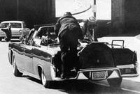 بعدها هلع رجل الأمن وانطلقوا نحو زوجة الرئيس كي لا تُصاب بالرصاص
