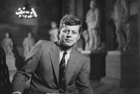 ولكن في الساعة 1:00 ظهراً توفى جون كينيدي ليتم الإعلان عن وفاة الرئيس الـ 35 للولايات المتحدة الأمريكية