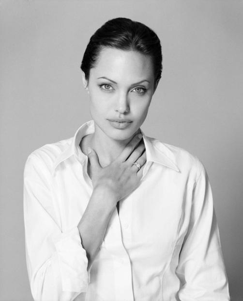 ولدت أنجيلينا جولي في الـ 4 من يونيو عام 1975 بلوس أنجلوس بأمريكا لعائلة فنية حيث كان يعمل جميع أفراد أسرتها بالفن