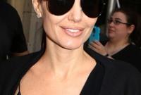 تزوجت للمرة الأولى من الممثل البريطاني جوني لي ميلر عام 1996 لتحصل على أوراق الطلاق بعد سنة من زواجها
