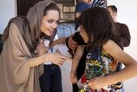 تعد أنجلينيا جولي من أبرز الناشطات في العالم في مجال الأعمال الخيرية والإنسانية سواء على مستوى زيارات الدول الفقيرة أو التي تعاني من أزمات أو على مستوى التبرعات المالية الضخمة ودعاية الآخرين للتبرع