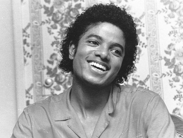 ولد مايكل جاكسون عام 1958 في الولايات المتحدة لعائلة أفريقية - أمريكية فنية مكونة من عشرة أطفال وكان ترتيبه الثامن بين إخوته